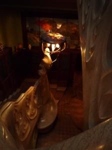 Escalier avec lampe en bronze ressemblant à une méduse