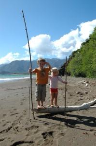 Les 2 explorateurs sur la plage de Thio