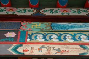 Peintures extérieures symbloisant de haut en bas:le paradis, la vie sur terre et l enfer