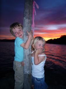 les petits sous le coucher de soleil (photo sans trucage)