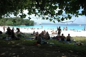 Champagne Beach envahie par 2000 australiens en escale...