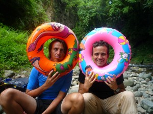 Equipés de nos bouées nous pouvons braver la rivière.