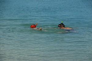 Manao toujours aussi à l'aise sans brassard pour observer les poissons...