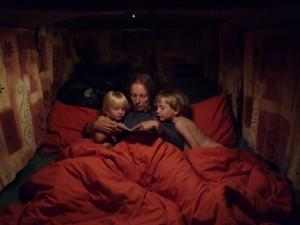Grand lit des parents avec petite histoire du soir.