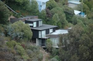Beaucoup de maisons sur terrain pentu