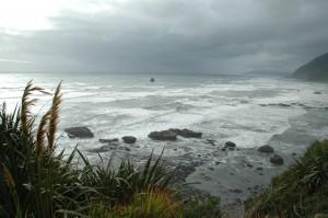 plage avec une mer remontee...