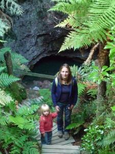 Sabah et Carole sortant de la grotte sacree de Ruatapu