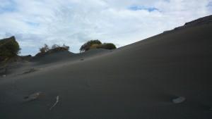 Désert de sable noir en bord de mer