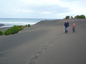 Promenade sur les dunes de sable noir