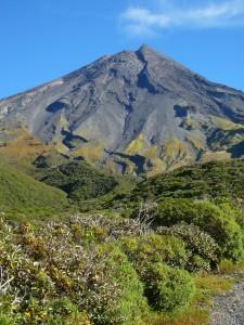 Pente du volcan Taranaki sous le soleil