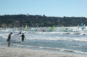 Nuées de véliplanchistes et de kite surfeurs