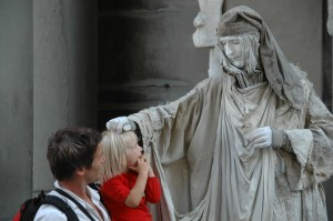 Sabah impressionnée par cet Homme Statue